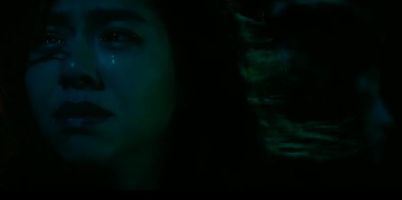 夏于喬淚流滿面的鏡頭,背後驚見女性側臉。圖/摘自「粽邪」預告