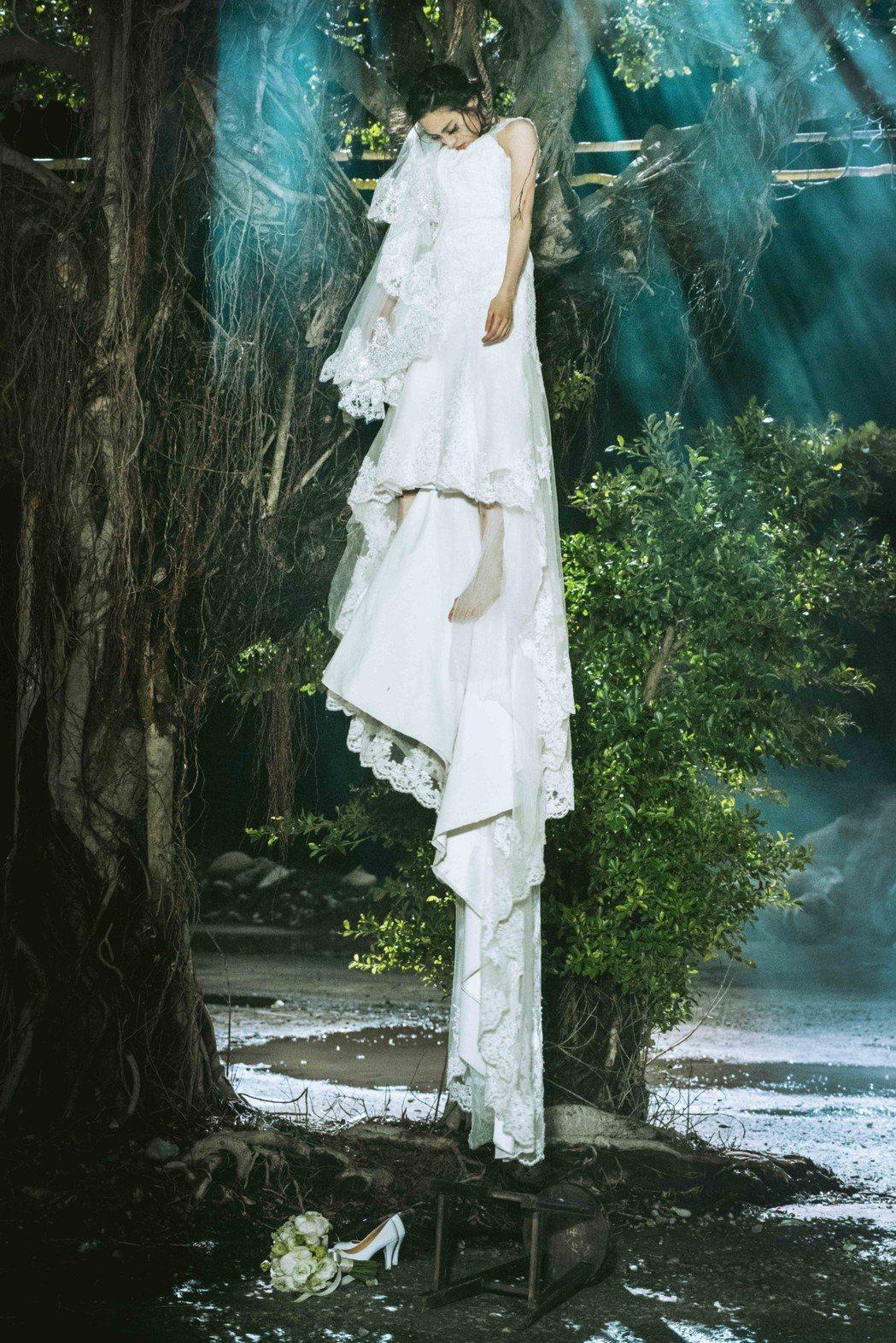 17力捧新女團IVI-Kimi陳希瑀一身絕美的婚紗上吊自殺帶出送肉粽主題。圖/華...