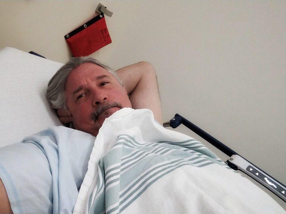 馬修連恩因胸腔不適,掛急診治療。圖/翻攝臉書