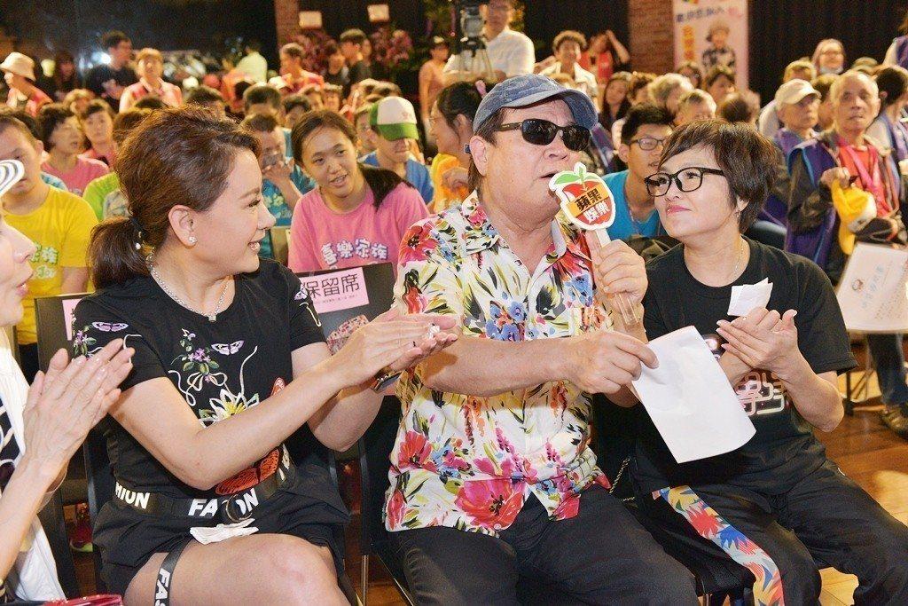 陳亞蘭(左起)邀請羅福助、紀寶如看歌仔戲「黑家店」。圖/台灣優質生命協會提供