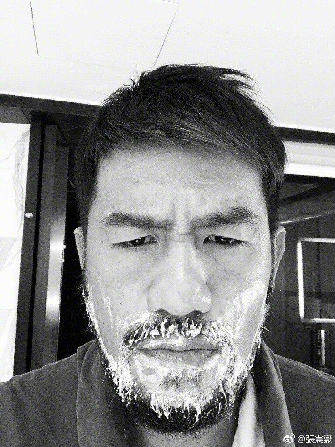 張震嶽被發現撞臉詹皇與內馬爾,近期為了老婆努力惡補顏值。圖/摘自微博