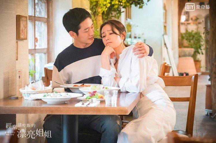 孫藝珍(右)和丁海寅演出韓劇「經常請吃飯的漂亮姐姐」。圖/愛奇藝台灣站提供