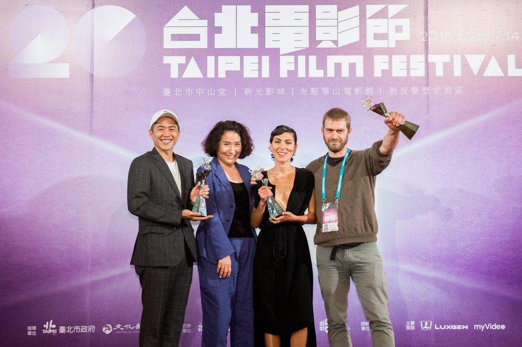 台北電影節國際新導演頒獎典禮得主,左起為許智彥、徐譽庭、蘇荷瑞加納德以及荷西史密