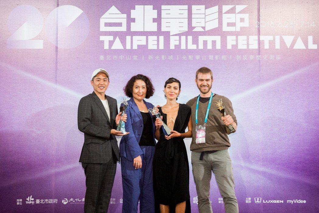 台北電影節國際新導演頒獎典禮得主,左起為許智彥、徐譽庭、蘇荷瑞加納德以及荷西史密...