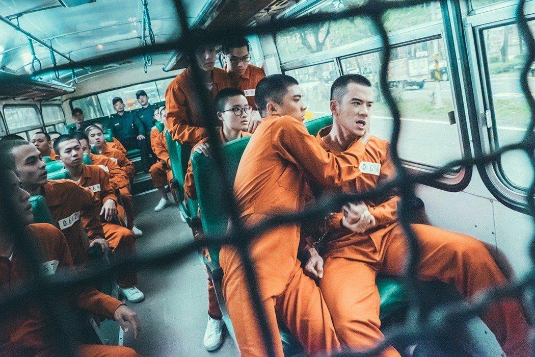 林哲熹飾雷宇威(左)與JR飾高少爺(右)囚車中火爆對戲真實上場。圖/文達文創提供