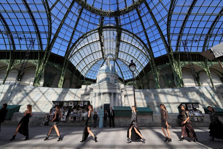 香奈兒於巴黎大皇宮發表2018秋冬高級訂製服大秀。圖/路透