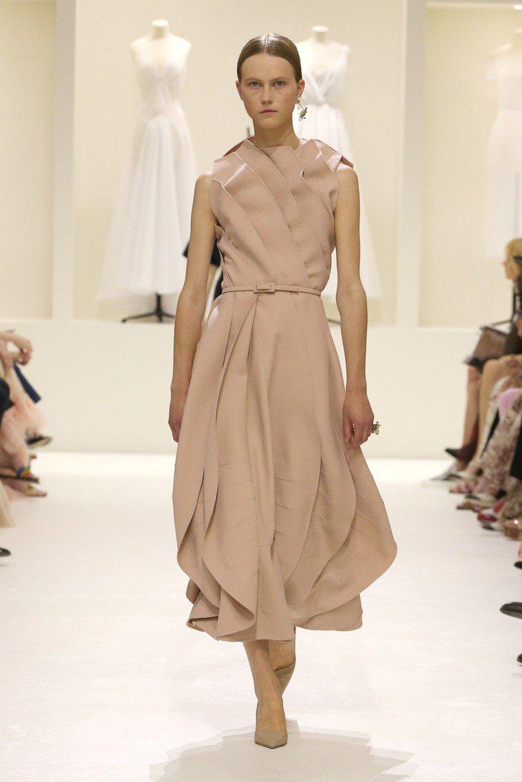 各式各樣的粉裸玫瑰色系成為本次高訂主色調。圖/Dior提供