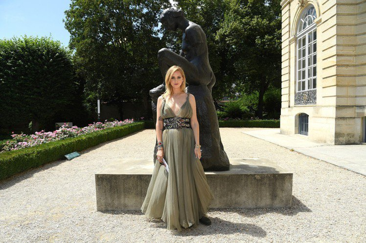 新手媽咪Chiara Ferragni出席高訂秀。圖/Dior提供