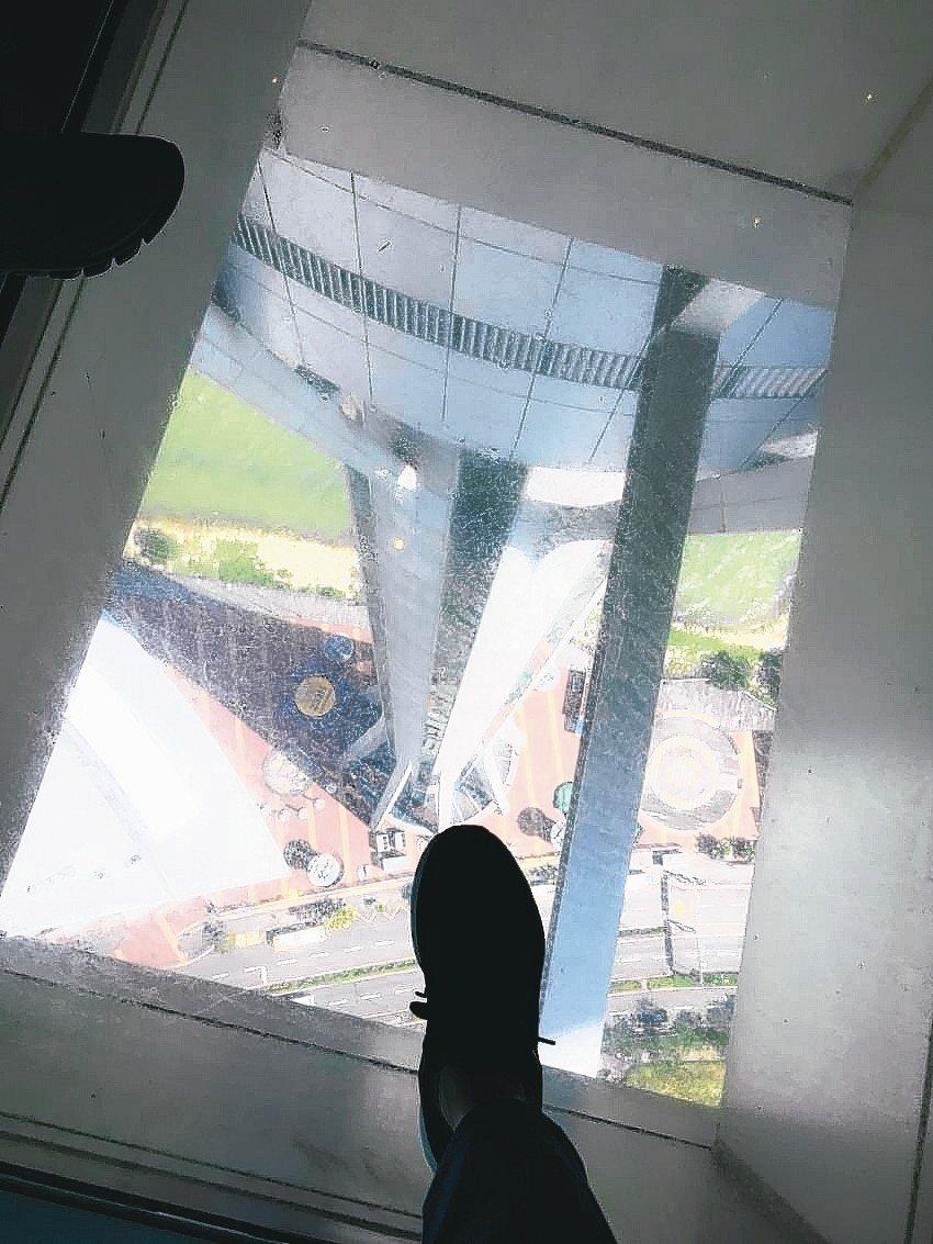 要踩進旅遊塔的玻璃地面,得有點小勇氣。 記者羅建怡/攝影