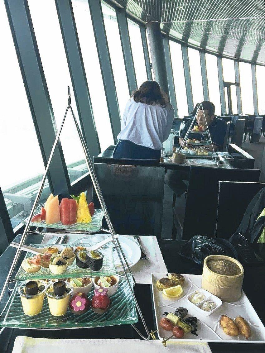 澳門塔的下午茶分量不多、滋味尚可,贏在美景無敵。 記者羅建怡/攝影