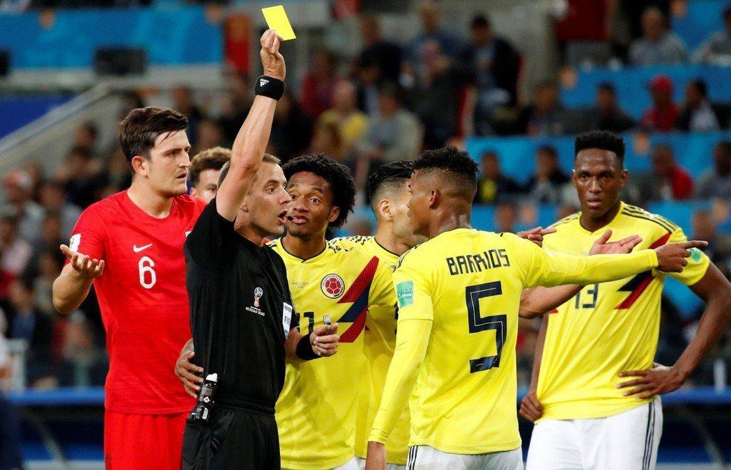 英格蘭率先進球後,雙方肢體對抗愈演愈烈,裁判不斷鳴哨連發黃牌。 圖/路透