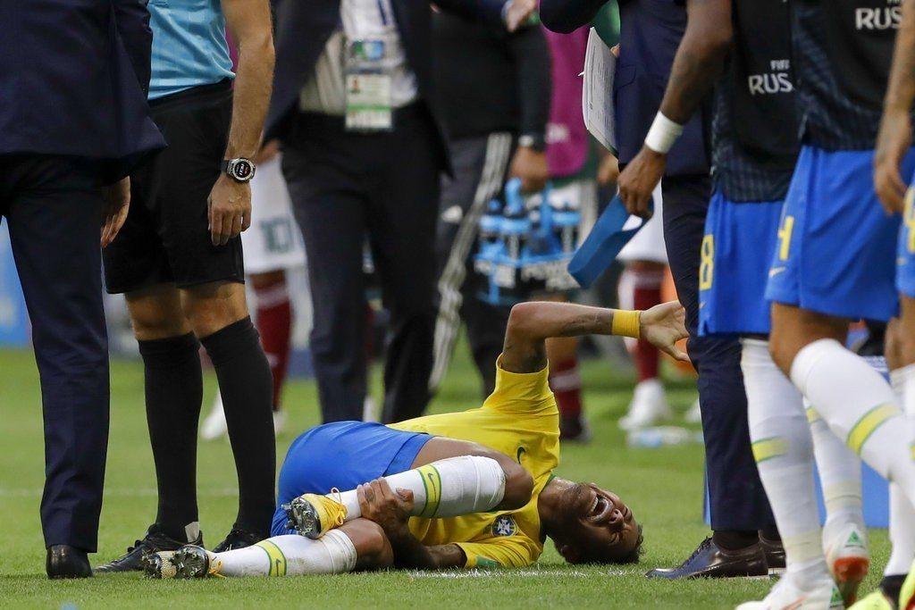 巴西球星內馬爾儘管踢球實力一流,卻因為演技一流同時遭到世人詬病。 美聯社