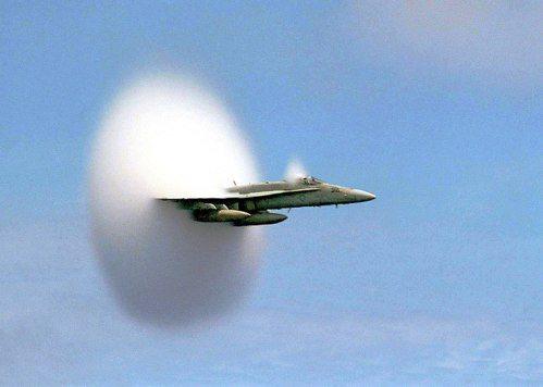 飛機在突破音速時產生強烈衝擊波的音爆現象。 圖/摘自NASA官網