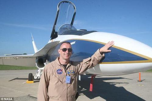 NASA飛行員雷斯11月將駕駛身旁的F/A-18進行音爆測試。 圖/摘自NASA...