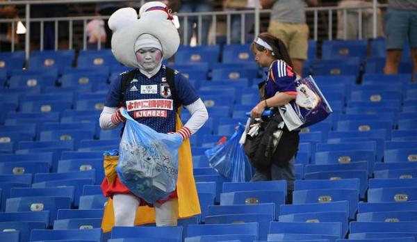 日本球迷清理看台垃圾。圖/取自澎湃新聞網