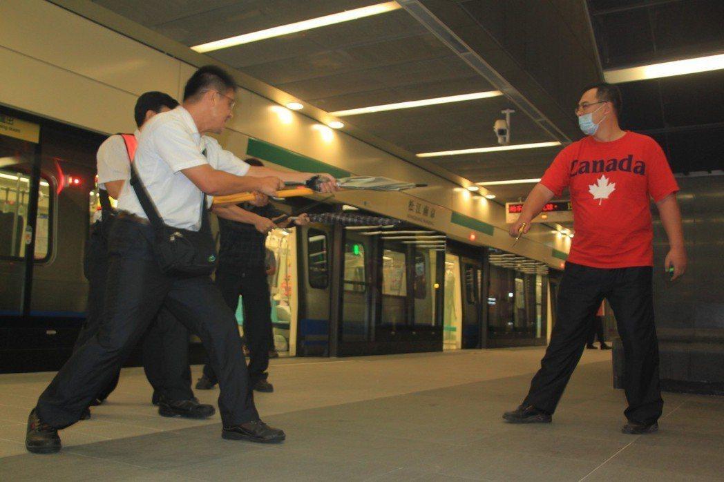 受2014年鄭捷事件影響,捷運松山線曾模擬捷運砍人事件緊急應變,有工作人員飾演狂...