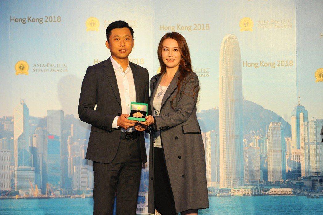 碧波庭代表 Hank(左)上台領獎,與亞太地區史迪威®商業大獎總評審Lisa K...