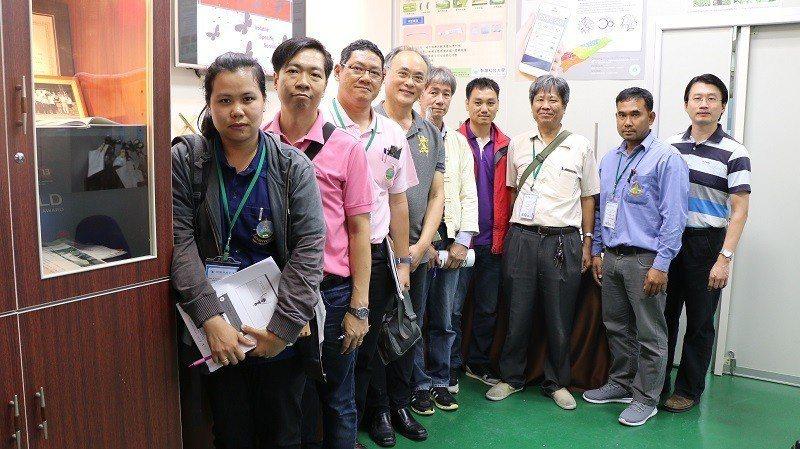 來台受訓之泰國皇家計畫基金會人員與朝陽科大健康農糧中心主任錢偉鈞(左四)、費洛蒙...
