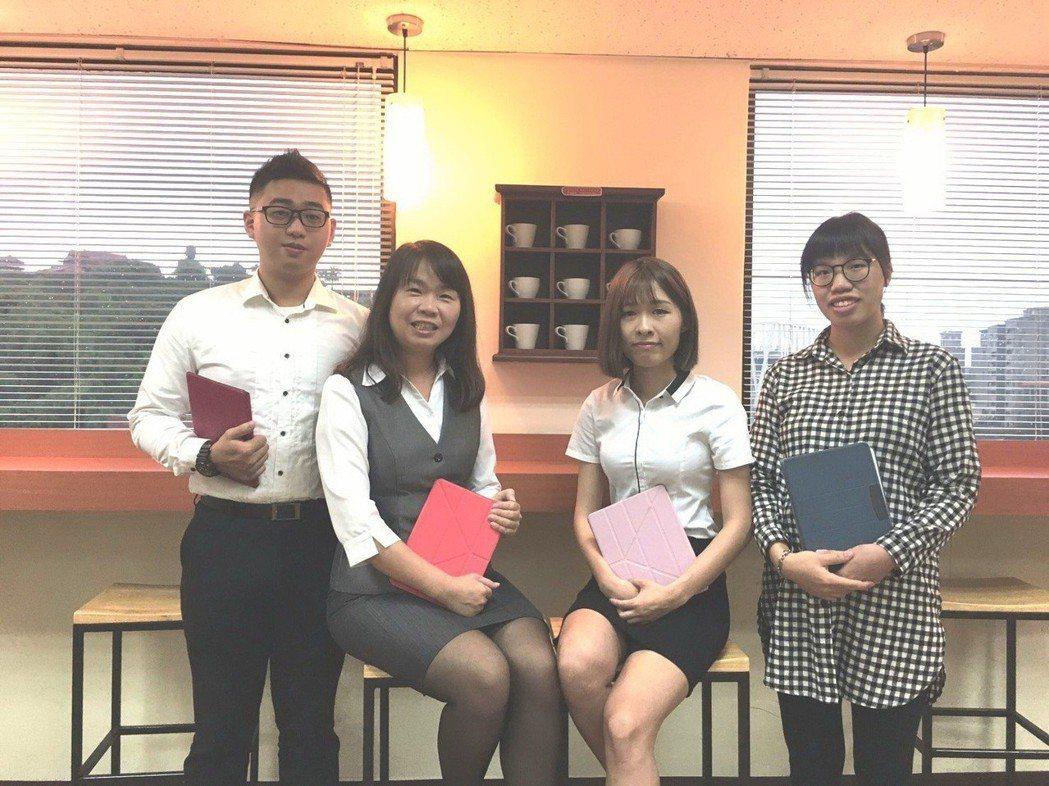 李姿賢(左二)與團隊聚焦於客戶的資產配置、風險規劃等專業服務。 李姿賢/提供