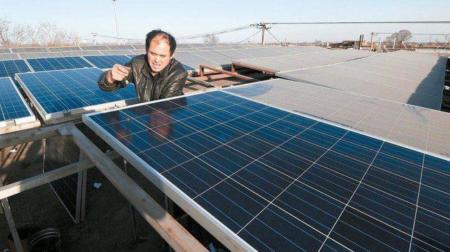 受到中國新政策衝擊,近期太陽能市場價格大幅滑落。 報系資料照