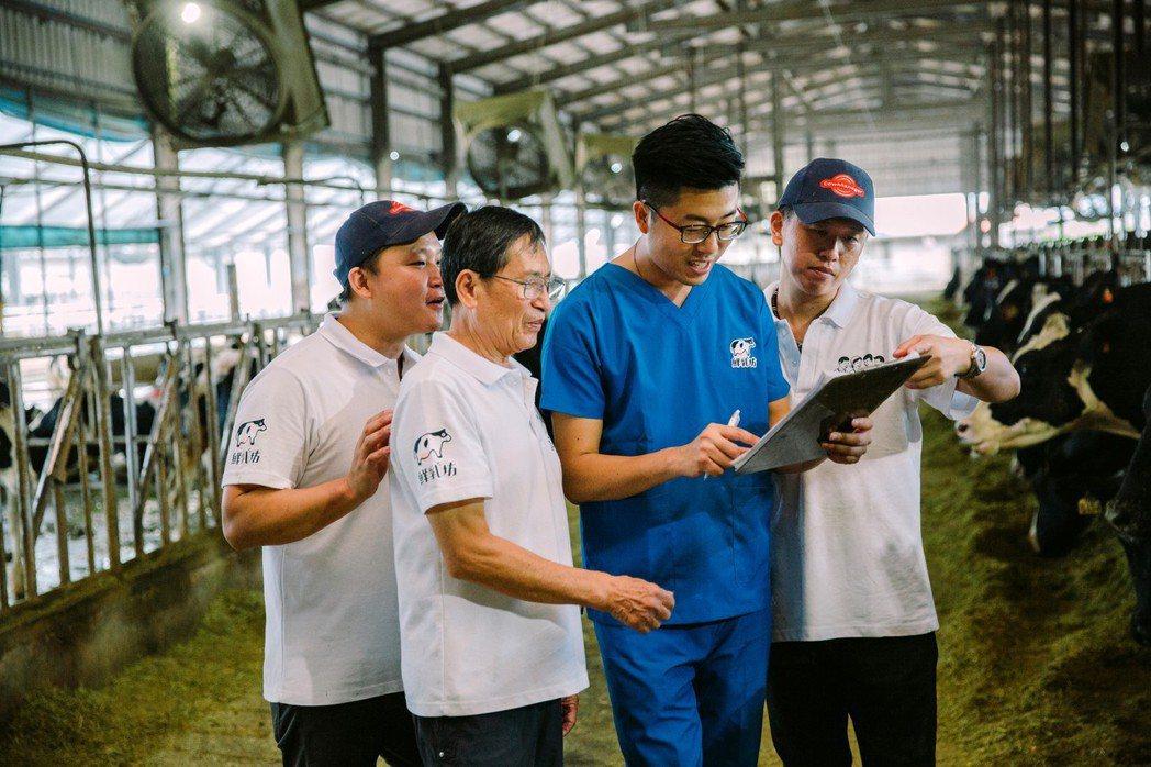 許慶良一家與大動物獸醫龔建嘉(右二)定期討論乳牛飼養與醫療防疫等議題。 ...