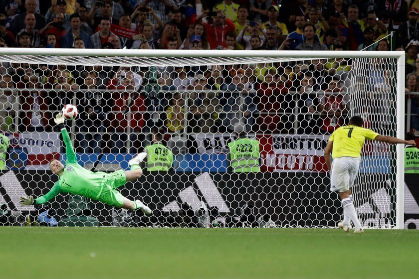 英格蘭門將皮克福德(左)在對哥倫比亞PK賽中精彩的撲球,讓他瞬間爆紅!但哥國前鋒...