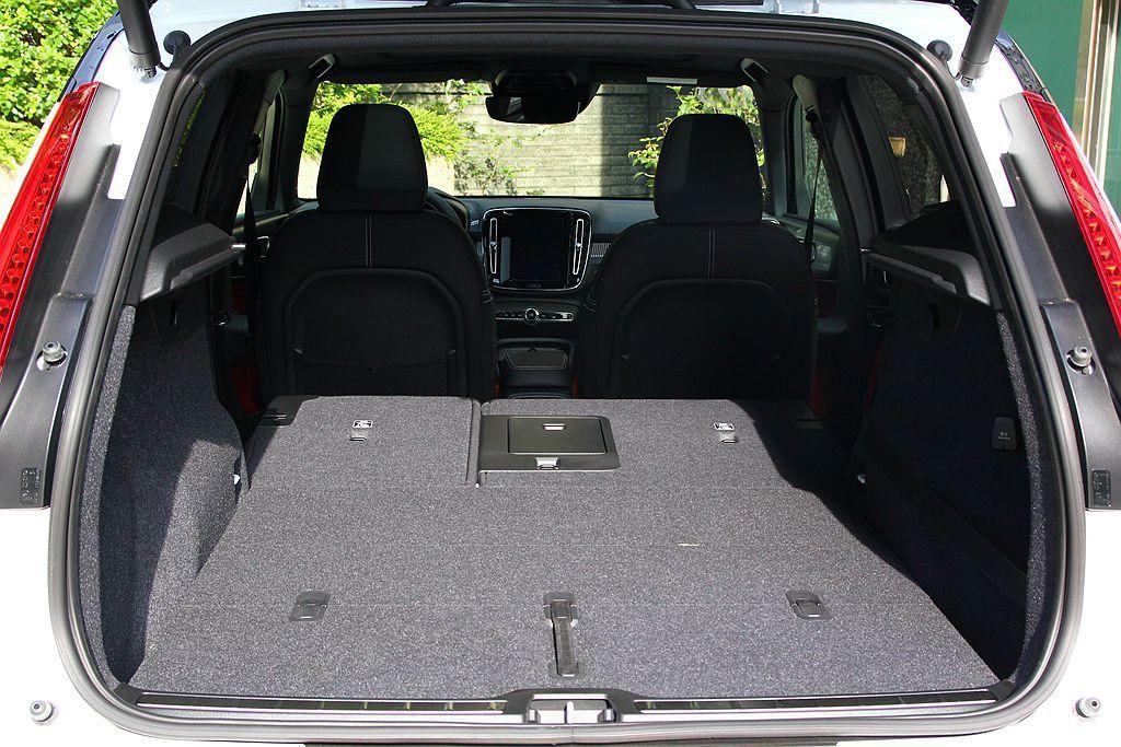 將後座椅背全數打平後,Volvo XC40可創造1336L的空間表現。 記者張振...