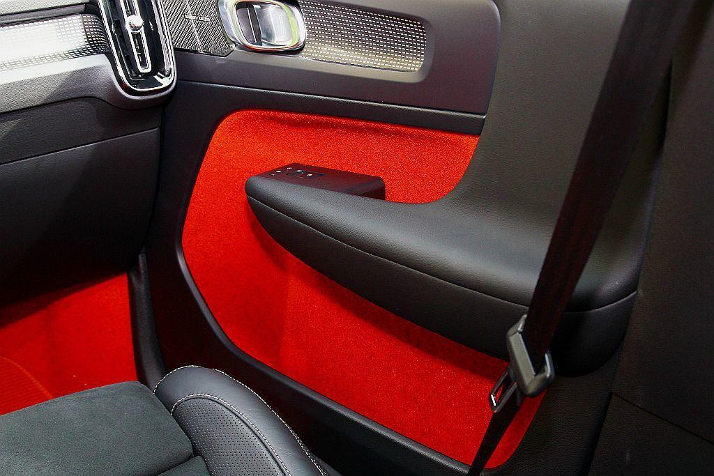 Volvo XC40對於車內空間利用加入許多巧思,如過往內車門上的低音喇叭,移往...