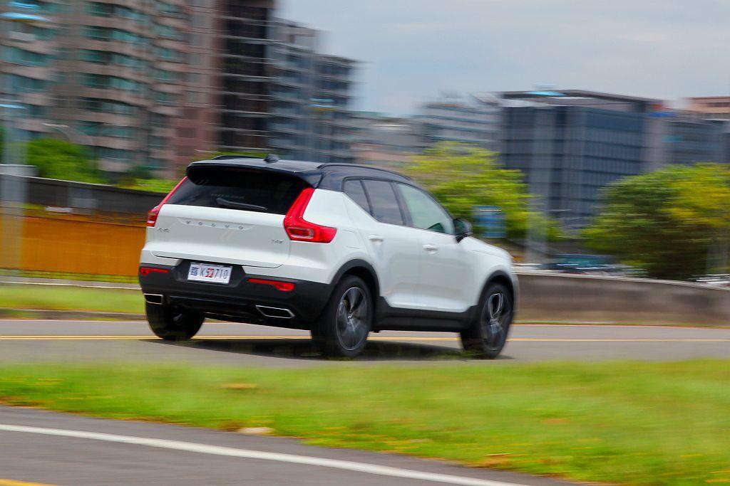 由於身形小加上動力充沛,Volvo XC40 T4 R-Design從靜止加速到...