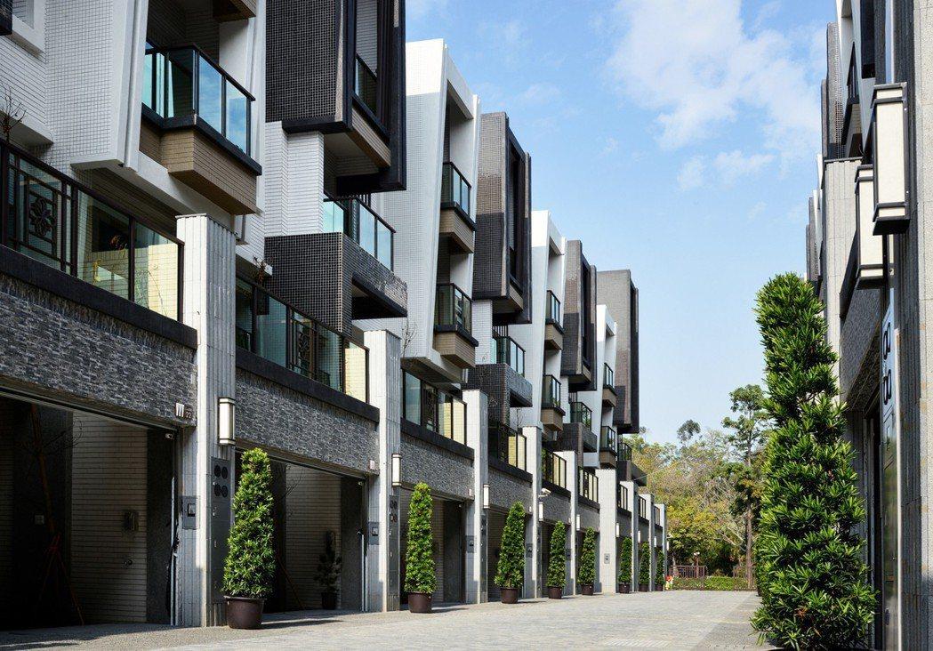 「金湖邨」社區雙車大面寬別墅。 圖片提供/佐伯建設