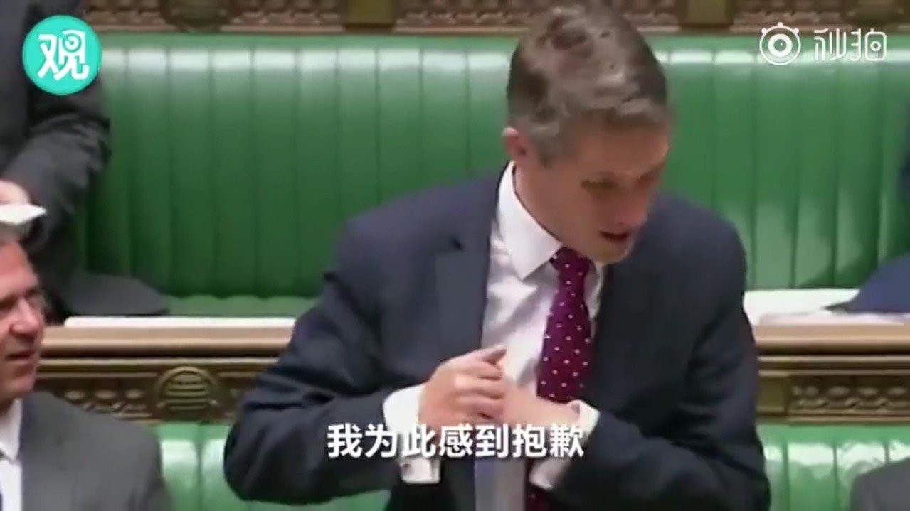 英國國防部長正在台上發表對敘利亞問題的時候,放在胸前口袋中的iPhone「偷聽」...