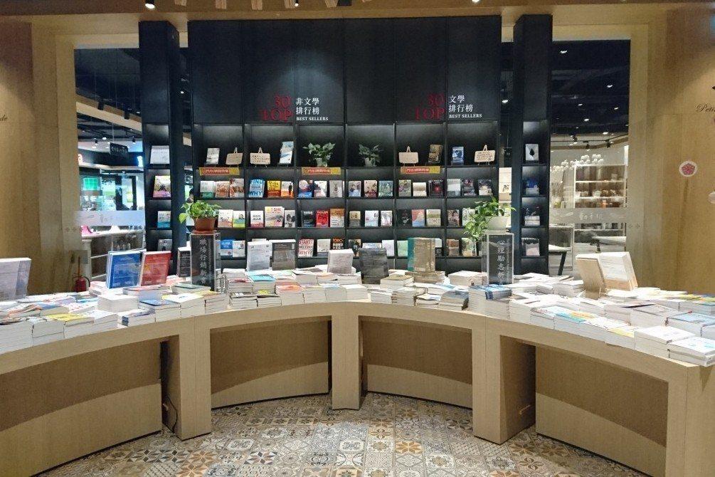 「秀泰廣場」不僅有影城與百貨商場,台中店初期並找來金石堂規劃書店,名之為「小書房 Petite Étude」。 圖/作者提供