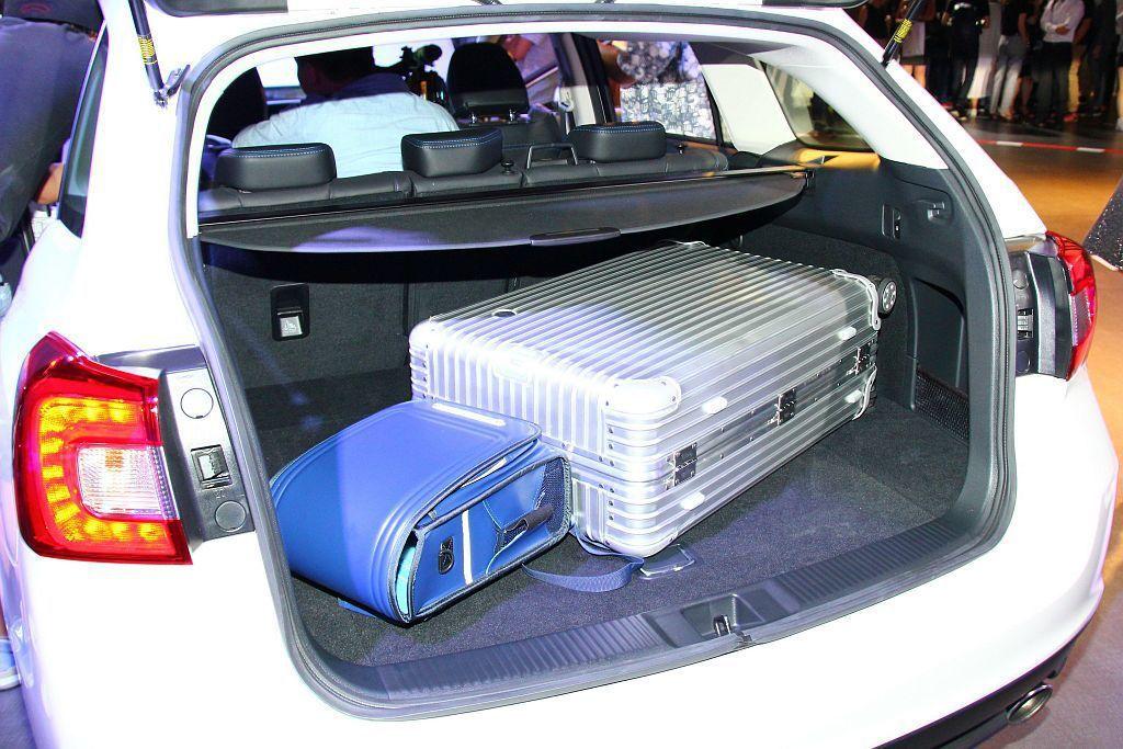 滿座下都具備522L後廂空間容積,透過後排椅背可4/2/4分離摺疊的機能,最大可擴充到1446L。 記者張振群/攝影