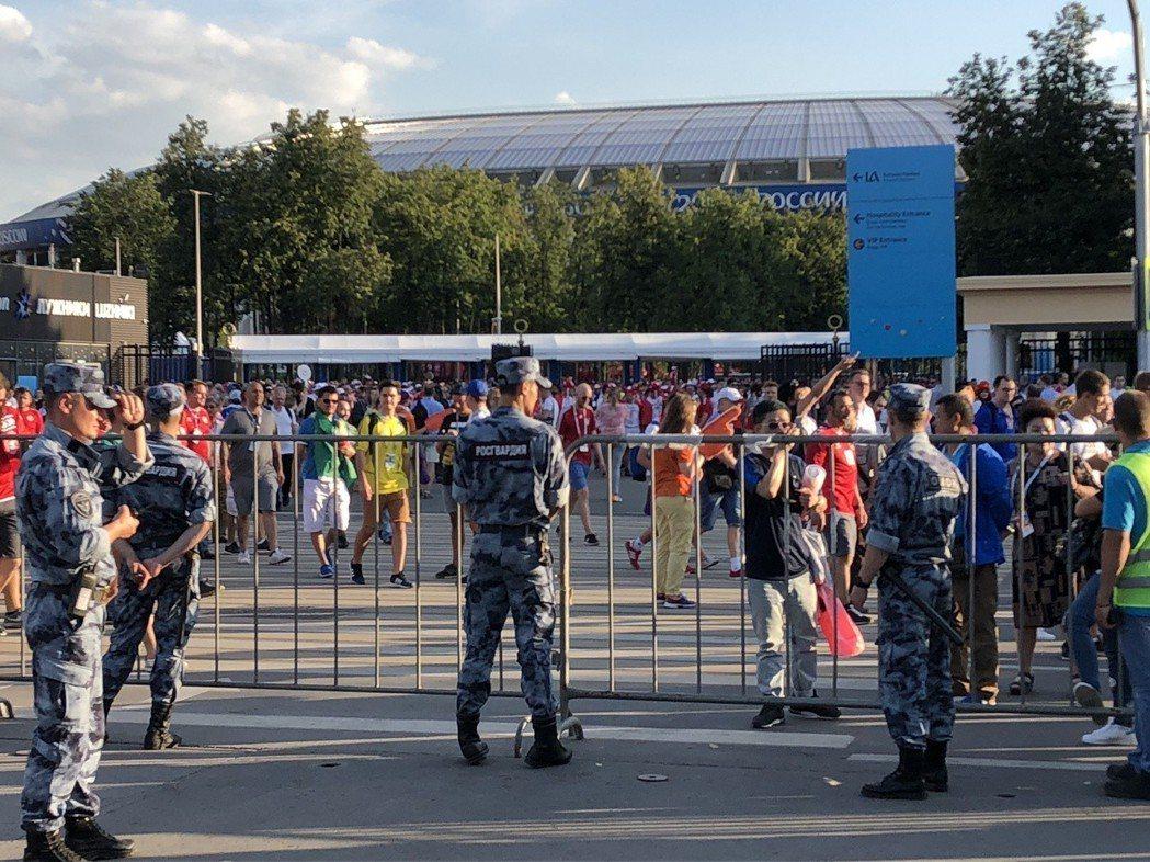 俄羅斯維安全員出動,街上可見荷槍實彈的士兵看守監視。 圖/關之恆攝影