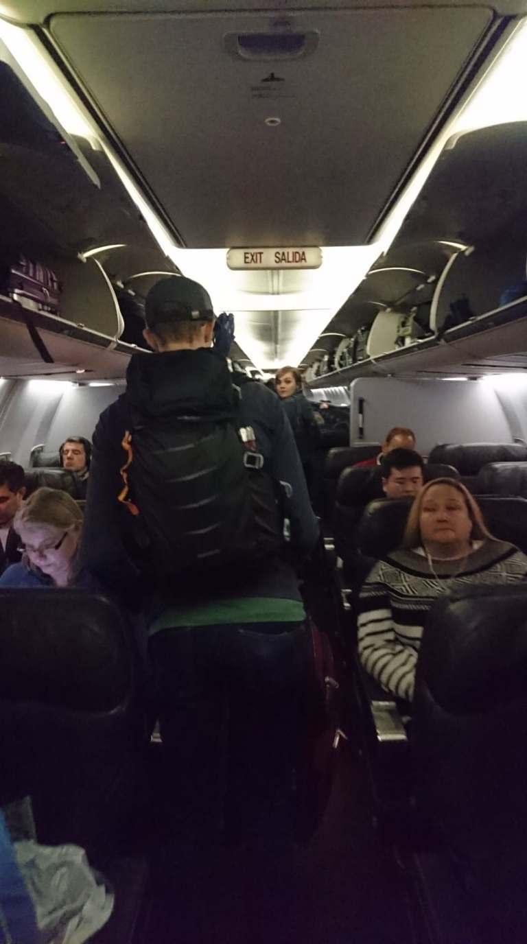其實說真的,我還算蠻早進去的,後面還有一堆人,可以看到座位上方的置物櫃,都已經滿...