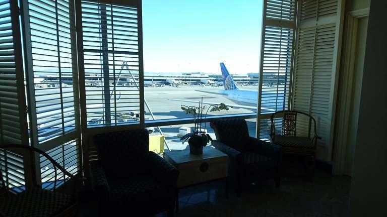 登記櫃檯旁邊的窗戶,窗外看到的全部都是聯合航空的飛機 圖文來自於:TripPlu...
