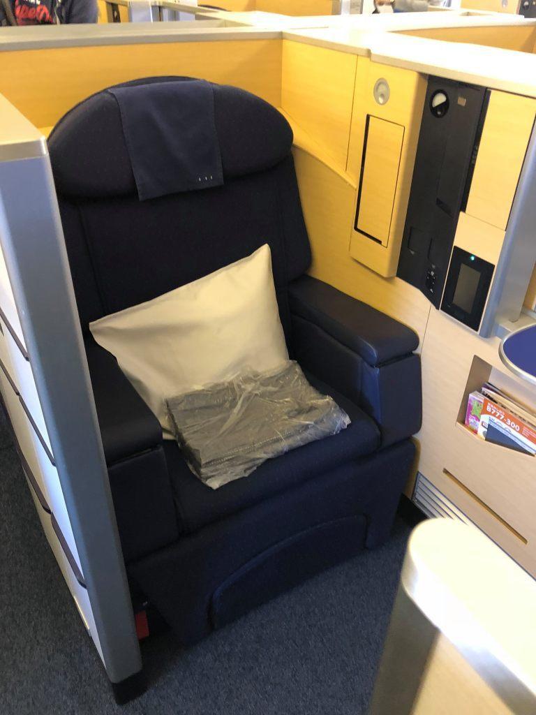 一上機座位就有枕頭以及毛毯 圖文來自於:TripPlus