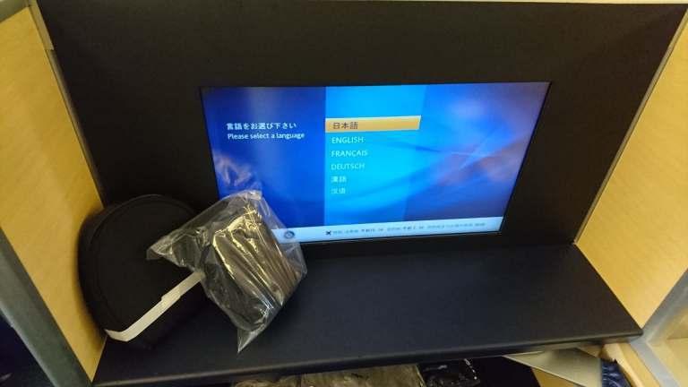 過夜包以及耳機是擺在電視螢幕前,頭等艙的電視就是不一樣,螢幕大很多 圖文來自於:...