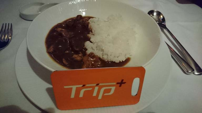 喝完湯以後,繼續再接再厲吃東西。日系航空都有的咖哩飯,好吃的程度不在話下,也是一...
