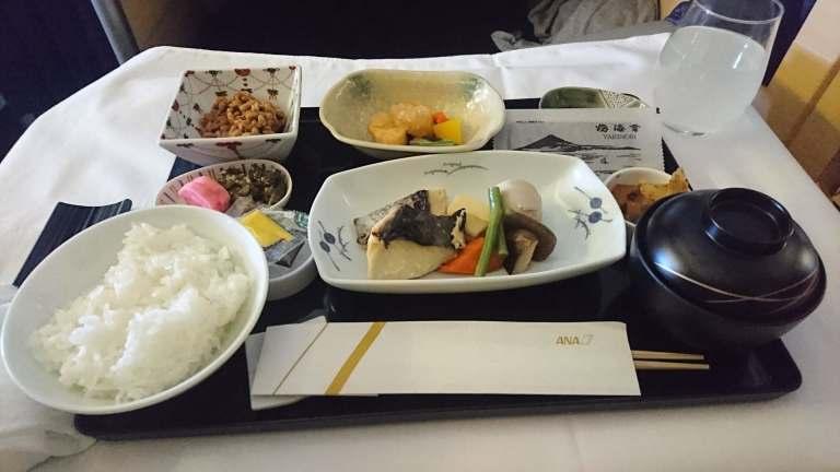 別以為這樣就結束啦,下飛機前,我還叫了一份日式的主食。吃了以後發現,這是我吃完全...