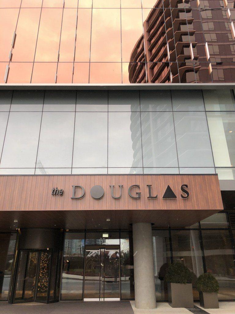 酒店正門口,其實它跟隔壁的JW Marriott酒店,是連在一起的 圖文來自於:...