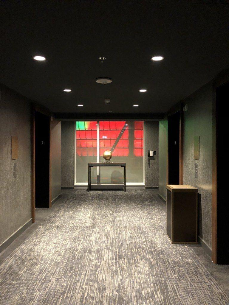 電梯口,外面紅紅的就是球場的燈 圖文來自於:TripPlus