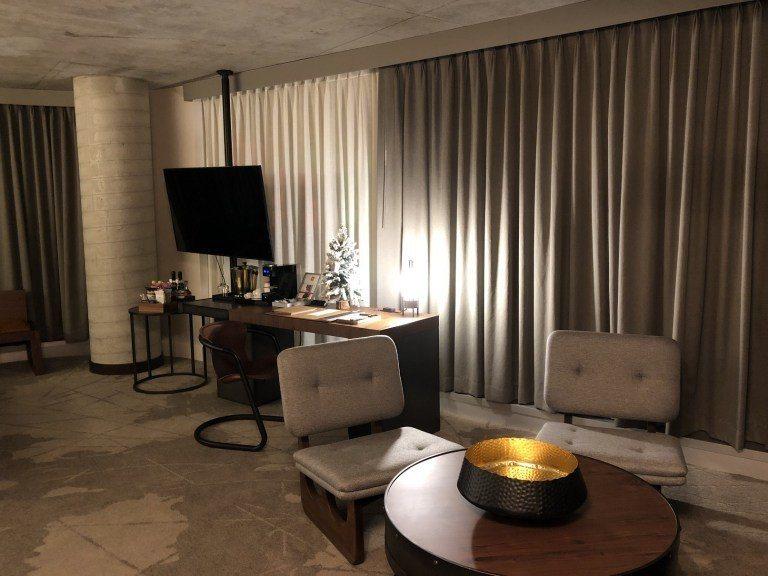 直接進入房間,這是Junior Suite一角,有個小桌子跟椅子,可以坐著跟朋友...