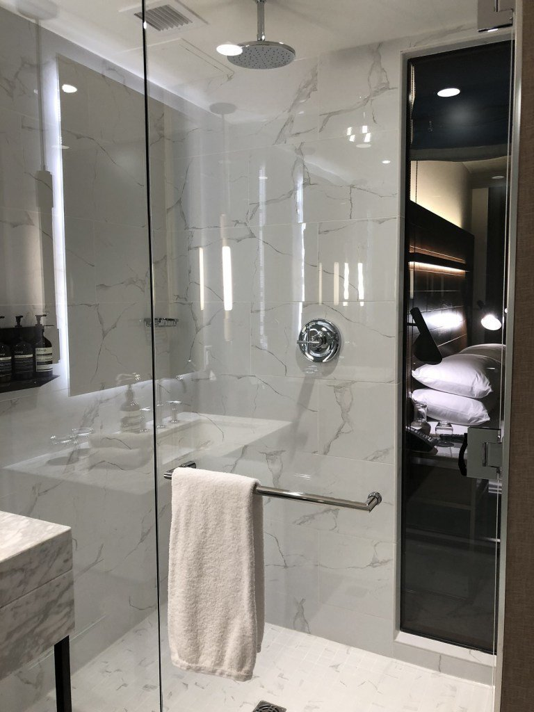 這個酒店據說只有淋浴間,沒有浴缸,所以想要泡澡的朋友,可能要考慮一下了 圖文來自...