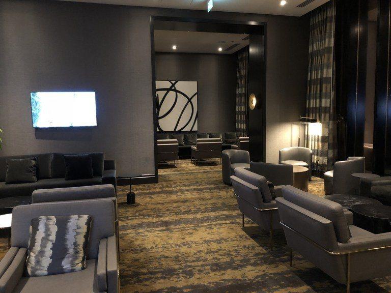 酒廊一角,整體感覺蠻舒服的,如果是白天的話,還可以看到旁邊的河景 圖文來自於:T...