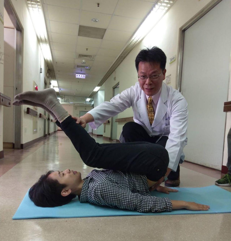 73歲曾姓婦人練瑜珈30多年,日前自己練習高難度的「犁鋤式」動作,造成第一腰椎骨...