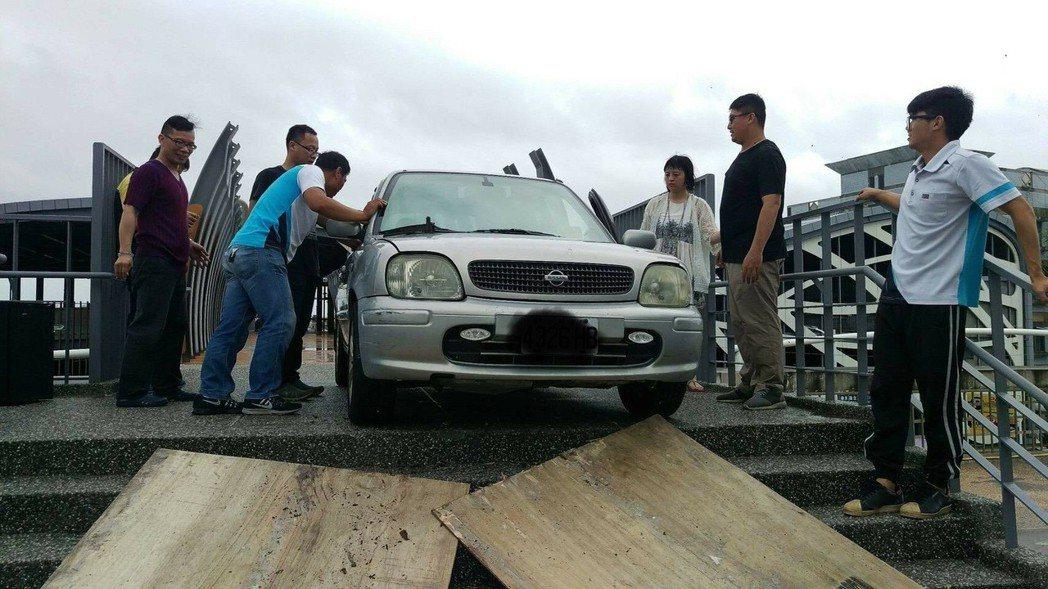 東港立體停車場與華僑市場人行道天橋,昨天下午竟然有遊客開車誤闖受困,透過9位壯漢協助下才順利脫困。記者蔣繼平╱翻攝
