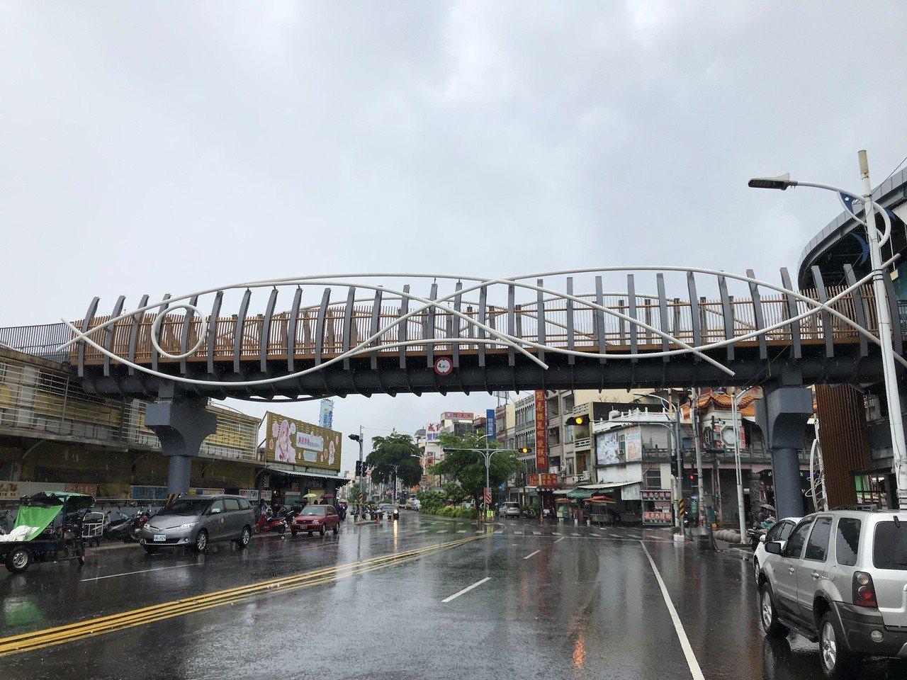東港立體停車場3樓有一人行道天橋,遊客停好車可以直接走過去華僑市場。記者蔣繼平╱...