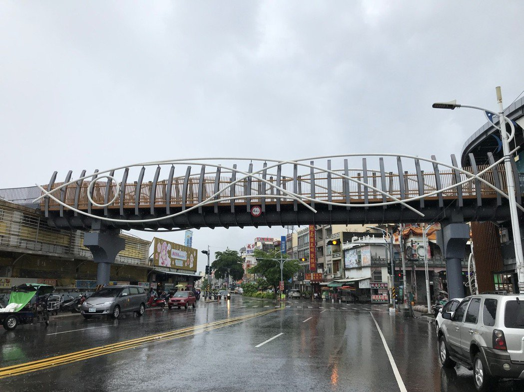 東港立體停車場3樓有一人行道天橋,遊客停好車可以直接走過去華僑市場。記者蔣繼平╱攝影