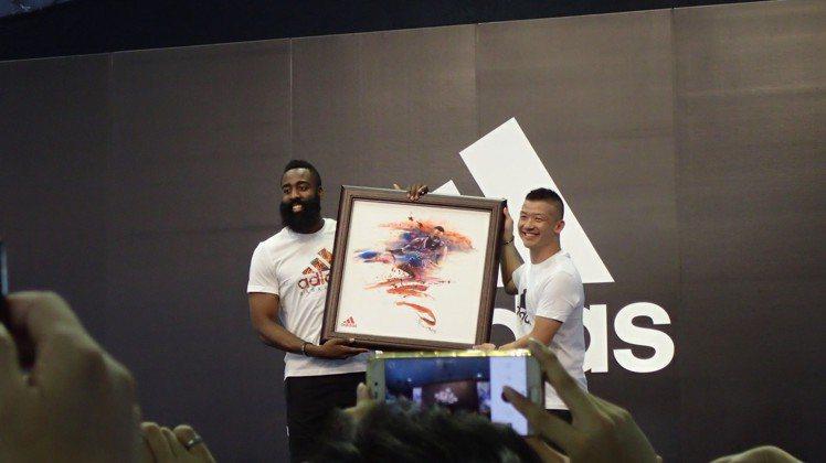adidas品牌總經理(左)特別致贈詹姆斯哈登紀念畫作。圖/記者曾智緯攝影